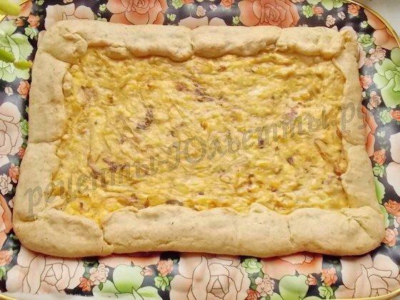 перемещаем готовый пирог на поднос