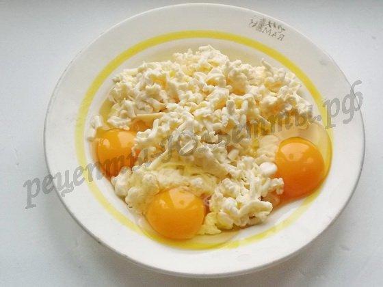 трём плавленые сырки, добавляем яйца