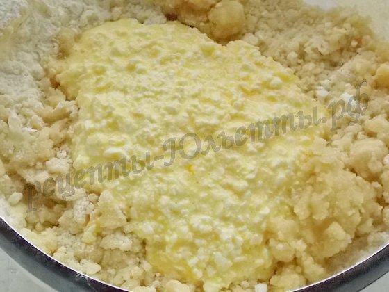 добавляем яйца с творогом в тесто