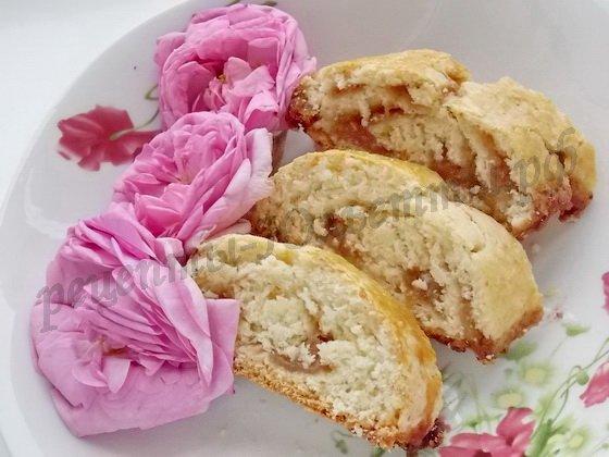 рулет с лепестками чайных роз