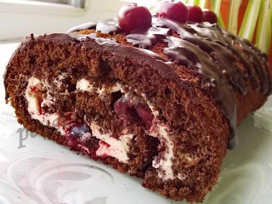 Шоколадный бисквитный рулет с вишней рецепт