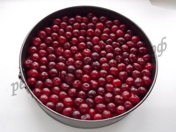 выкладываем вишни на бисквит