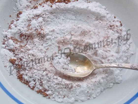 смешиваем сахарную пудру с какао-порошком