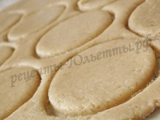 раскатываем тесто и вырезаем круглые печенья