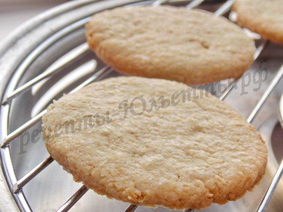 готовое овсяное печенье выложим на ровную поверхность