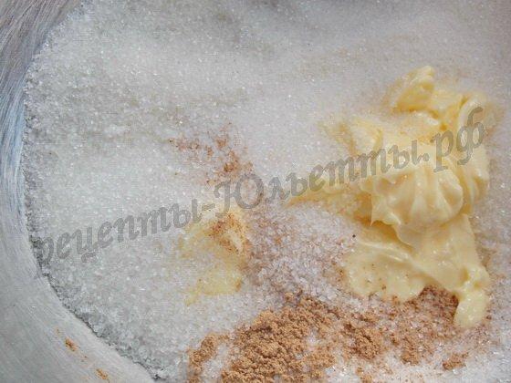добавляем в масло сахар и корицу