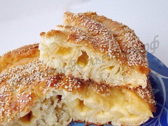 слоёный сырный пирог