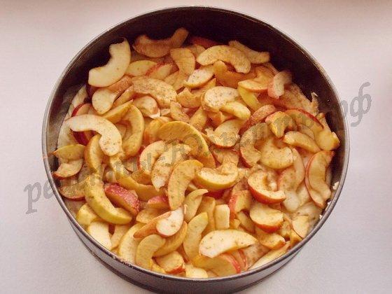 на тесто выложим яблоки
