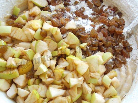 добавляем в тесто яблоки и  изюм