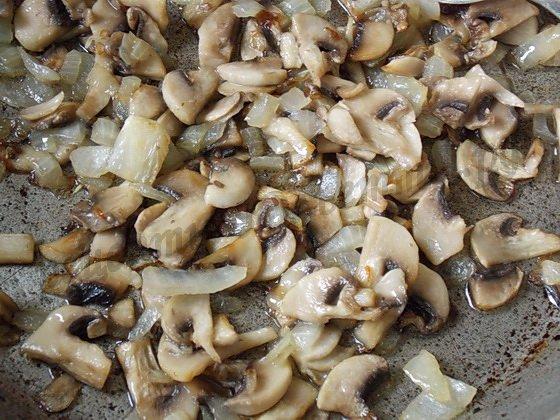 пассеруем грибы с луком