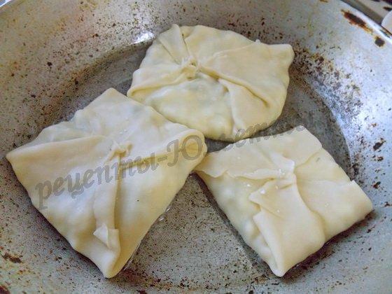 обжарим плацинды с творогом на сковороде