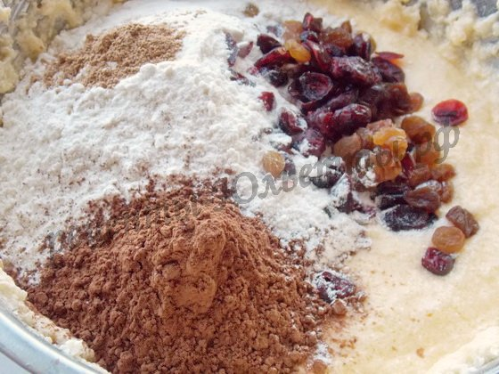добавляем муку, разрыхлитель, какао,корицу, ягоды