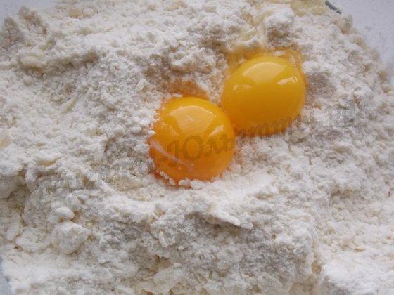 добавляем желтки и сахарную пудру