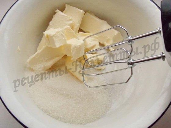 масло взбиваем с сахаром