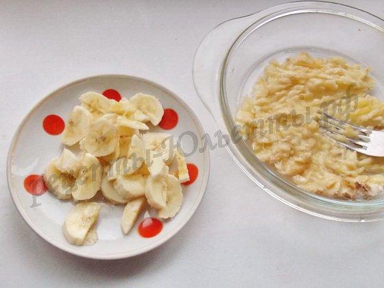 бананы разминаем и режем кусочками
