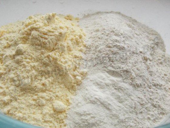 смешаем пшеничную муку с кукурузной