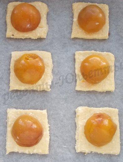 творожная выпечка с персиками