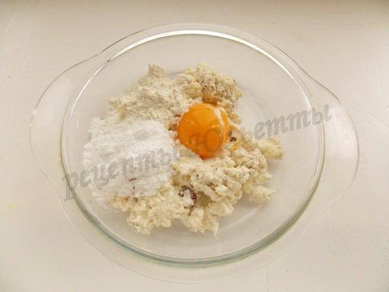 разотрём творог с яйцом, сахарной пудрой и мукой