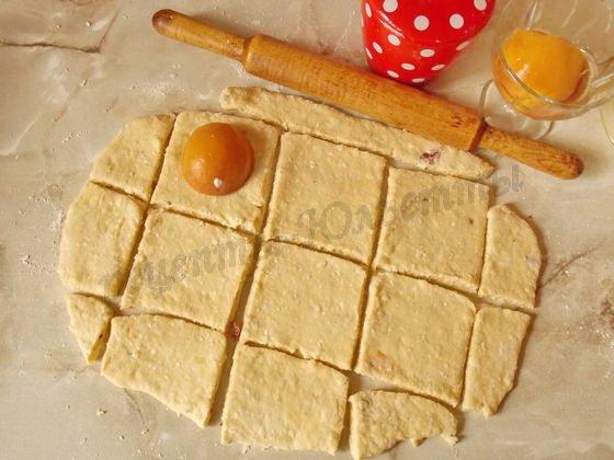 раскатав тесто, нарежем квадратами