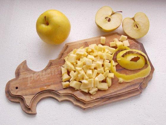 нарежем яблоки кубиками
