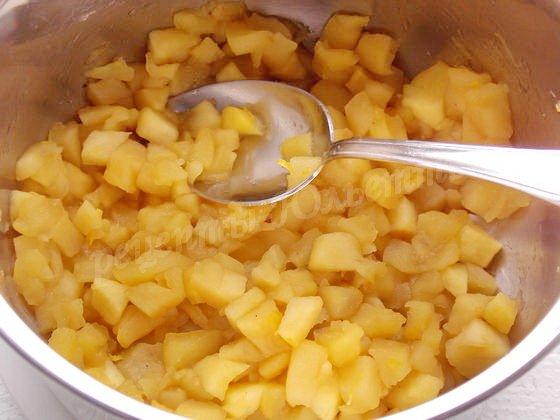 тушим яблоки до мягкости и выпаривания жидкости
