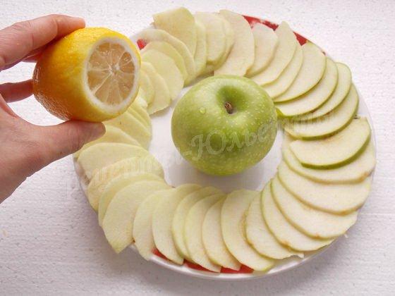 сбрызнем яблоки лимонным соком