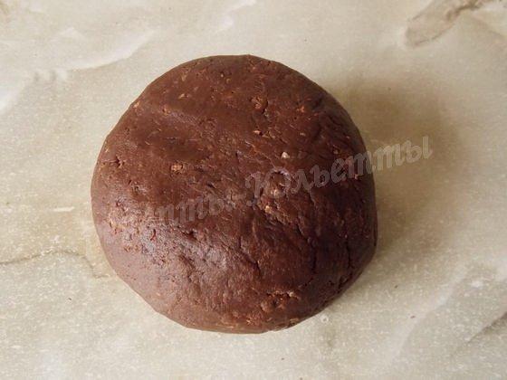 замешиваем шоколадное песочное тесто
