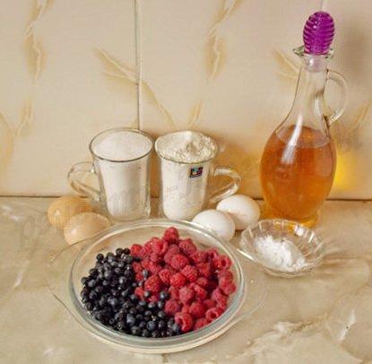 ингредиенты для бисквитных оладьев с ягодами