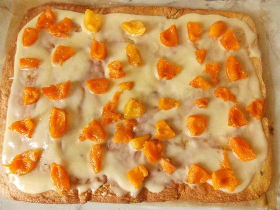 смазываем кремом, раскладываем абрикосы