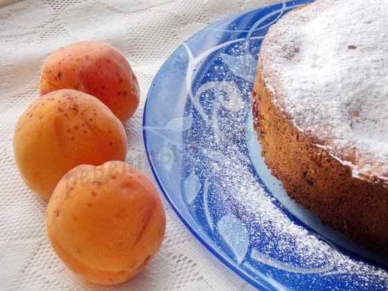 посыпаем пирог сахарной пудрой