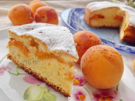 Пышный пирог со свежими абрикосами