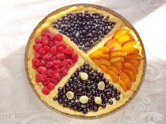 наполняем секции пирога ягодами