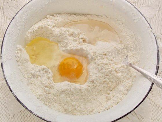 добавляем яйцо и воду
