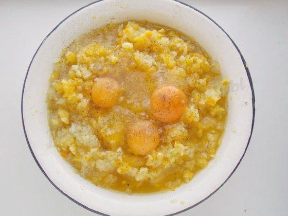 в кабачковое пюре добавляем яйца
