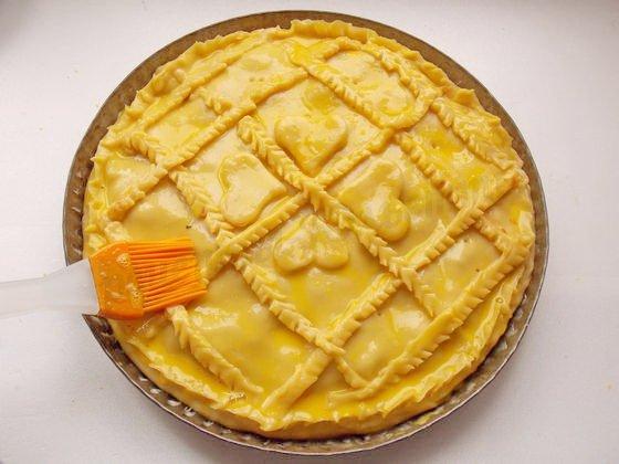 смазываем пирог желтком