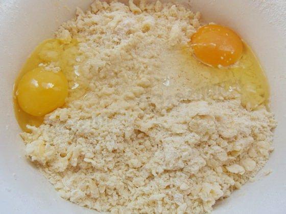 добавляем яйца и воду