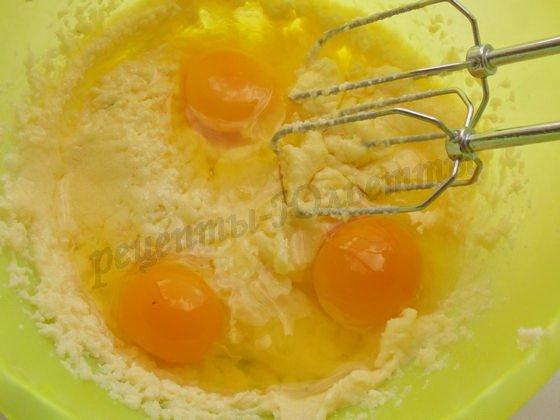 взбиваем сахар с яйцами