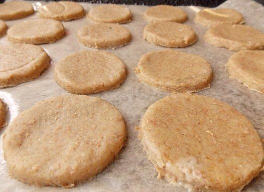раскладываем печенье на противне