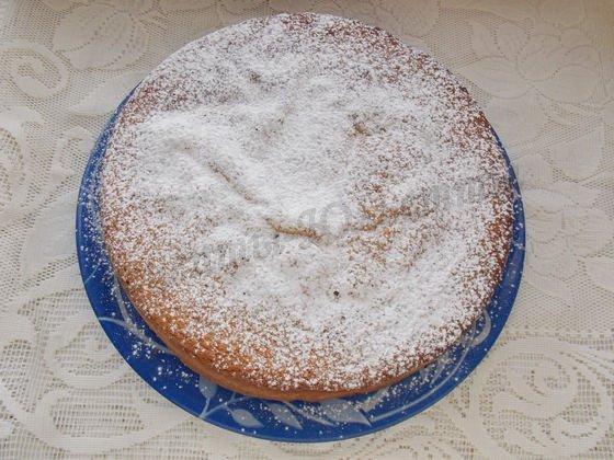 перекладываем шарлотку на блюдо и посыпаем сахарной пудрой