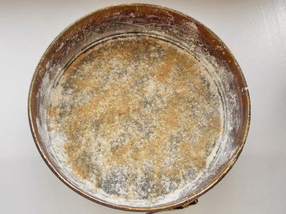 смазываем разъёмную форму сливочным маслом и обсыпаем сухариками