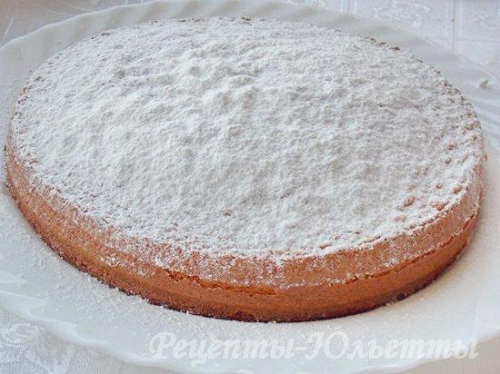 посыпаем бисквит сахарной пудрой
