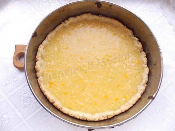 выливаем лимонную начинку на основу
