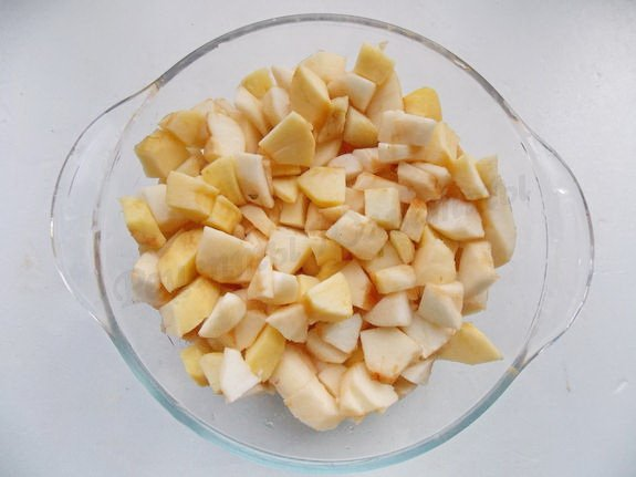 нарежем очищенные яблоки