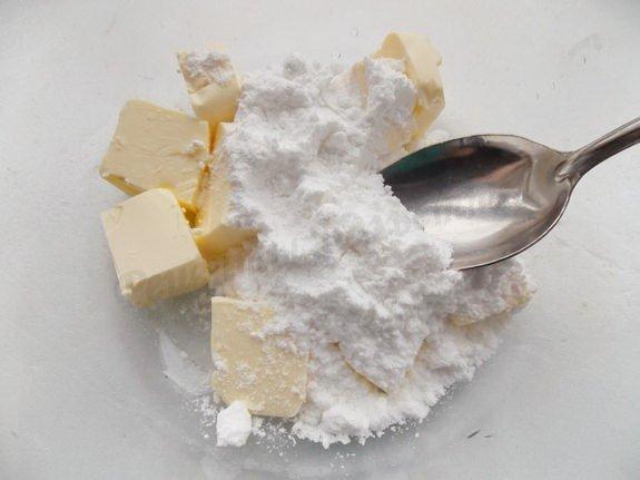 растираем масло с сахарной пудрой