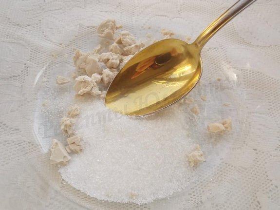 растираем с сахаром дрожжи