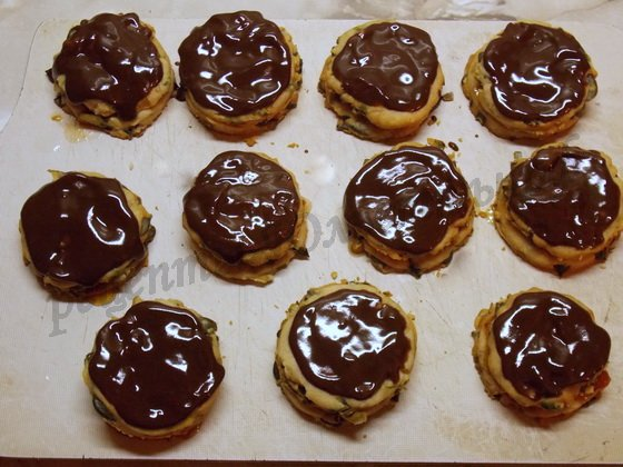 смазываем печенье шоколадной глазурью