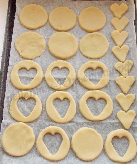 выкладываем заготовки для печенья на противень