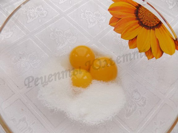 растираем желтки с сахаром