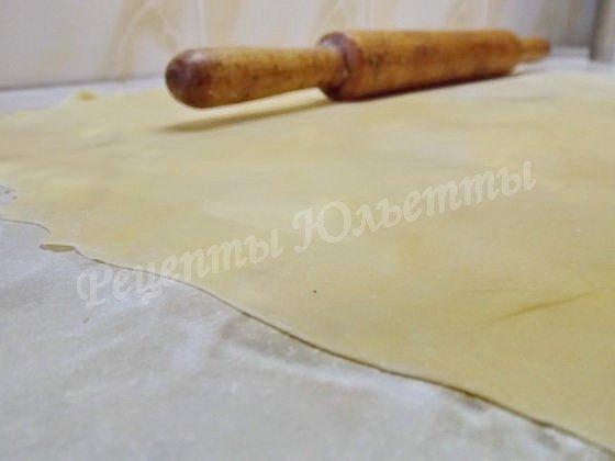 тонко раскатываем тесто для лапши