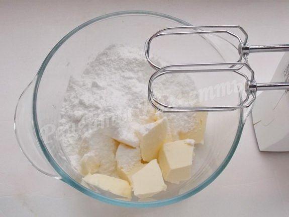 взбиваем масло и сахарную пудру